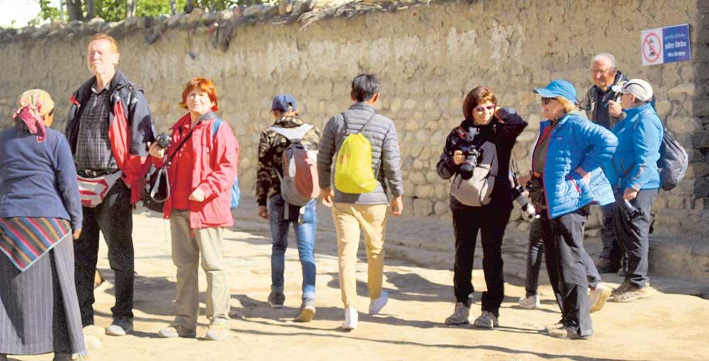 पश्चिमी सीमा गड्डाचौकी नाकाबाट ६०० विदेशी पर्यटक नेपाल भित्रिए
