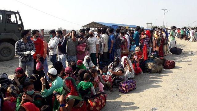 कोरोना परीक्षण गर्न टेकु अस्पतालमा भारतीयको भीड