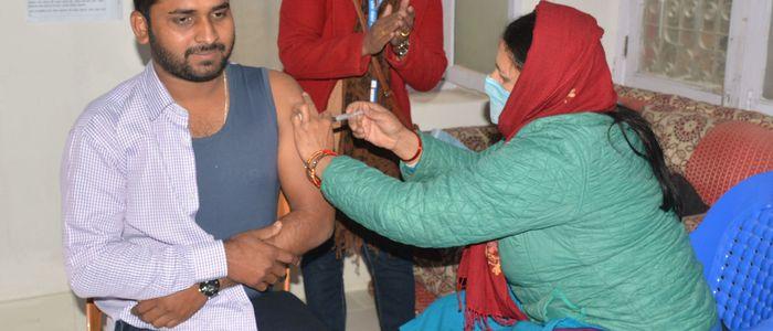 आजबाट काठमाडौँका १२ स्थानबाट कोरोनाविरूद्धको खोप लगाइँदै (सूचीसहित)
